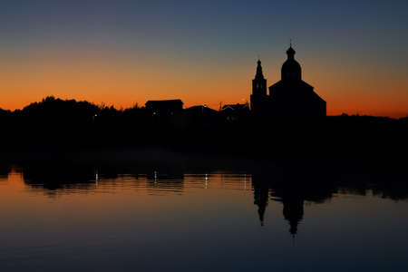 Silhouette of the Church of Elijah the Prophet at sunset in Suzdal. Nature background sunset on the river. 免版税图像
