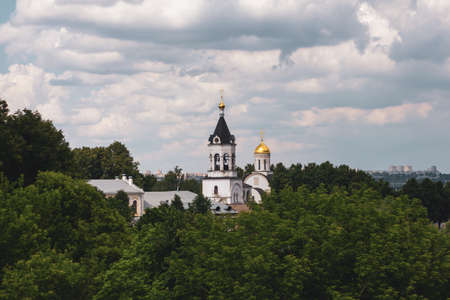 Russia, Vladimir: Summer landscape with a view of the Theotokos-Rozhdestvensky Monastery in Vladimir. 免版税图像
