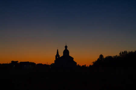 Silhouette of the Church of Elijah the Prophet at sunset in Suzdal. Nature background sunset on the river. 新闻类图片