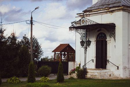 Cozy courtyard of the Church in Kolomna. Bell tower in the courtyard. The facade of the old white Church. 新闻类图片