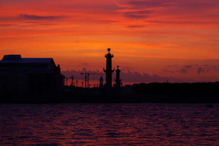 Sunset on the Neva River in Saint Petersburg. View of the rostral columns. Sunset in St. Petersburg. 新闻类图片
