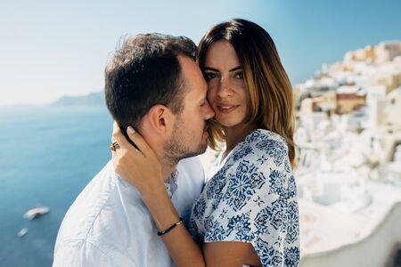 ritratto di una giovane coppia con vista sul mare Archivio Fotografico