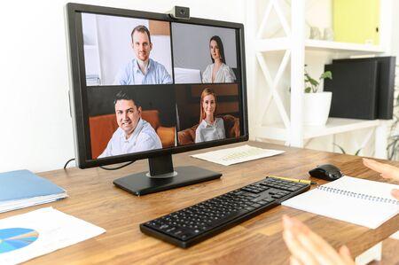 Fermez l'écran du PC avec vidéoconférence sur la table. Appel vidéo, réunion vidéo Banque d'images