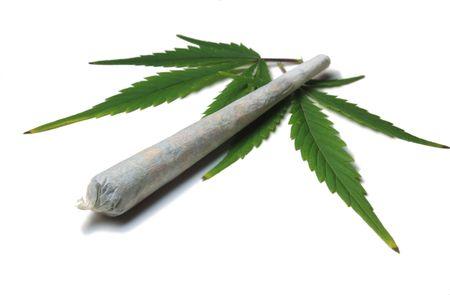 Marihuana cigarrillo de cannabis con hojas aisladas Foto de archivo - 3470769