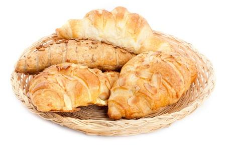 � Frais et savoureux croissants sur fond blanc Banque d'images