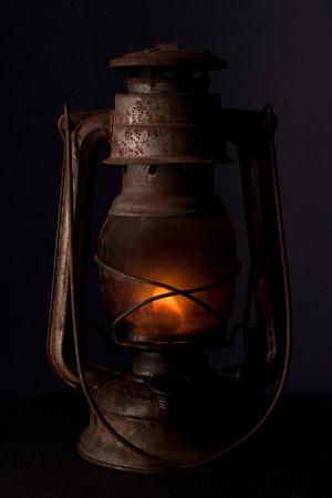 Lampe � p�trole ancienne br�lant avec flamme lumineuse