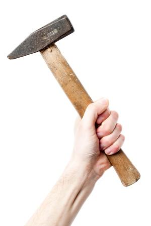 Une main tenant un gros marteau sur un fond blanc