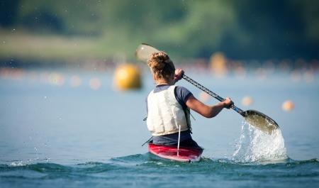 ocean kayak: Acción Disparo de Kayak Paleando Mujer en el Lago