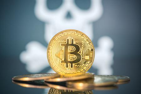 Concept d'échec de Bitcoin, bitcoin d'or avec crâne et os en arrière-plan.