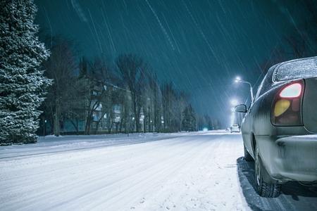 Fond de neige hiver route route avec des lumières de voiture Banque d'images - 70640587