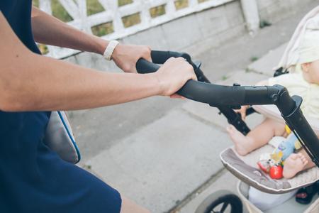ベビーカーの赤ちゃんと母散歩