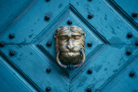 an old metal door handle knocker Foto de archivo