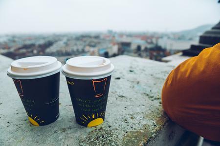 caes: dos tazas de café panormaic vista a la vieja ciudad europea