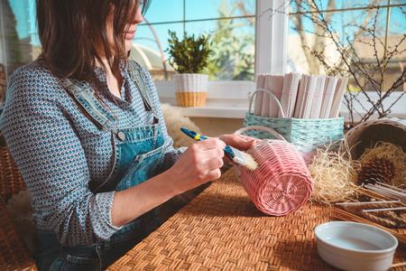 Jeune jolie femme faisant des paniers, entreprise à domicile Banque d'images - 92909064