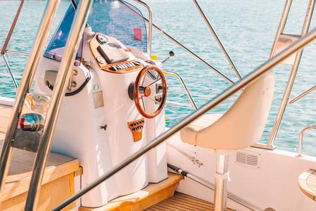 Rueda de barco con la dirección del barco de cerca. tiempo de verano Foto de archivo - 107014140