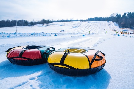 snow tubing. sleigh on the top of the hill. winter activity concept 免版税图像