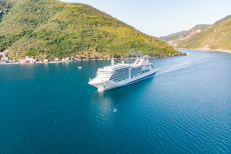 aerial view of cruise liner in sea bay. summer vacation concept Standard-Bild - 116357785
