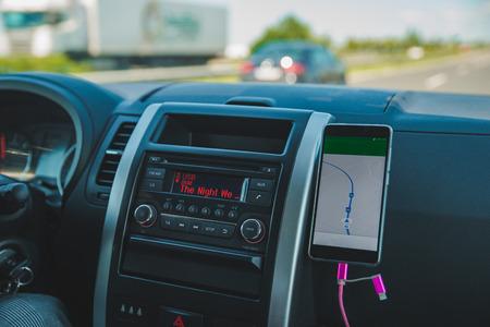 전화 탐색이 있는 자동차 대시보드. 자동차 여행