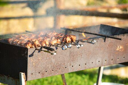 在烧烤火关闭的烹调肉