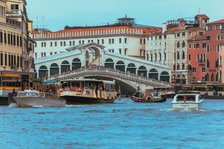 Venice, Italy - May 25, 2019: view of grand canal full of boats and gandolas rialto bridge on background. summer time Editoriali