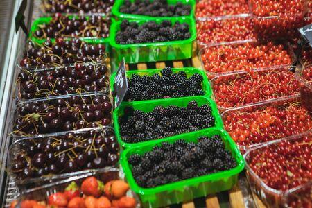 view of store shelf full of berries grocery shopping Foto de archivo - 132011521