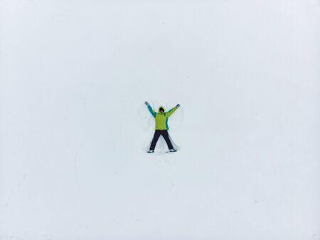 overhead view of man making snow angel copy space 版權商用圖片 - 134780410