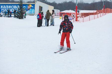 KAZKOVA POLYANA, UKRAINE - January 26, 2019: man skiing down by hill. winter time 新聞圖片