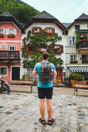traveler with backpack at central city square in hallstatt summer time 版權商用圖片