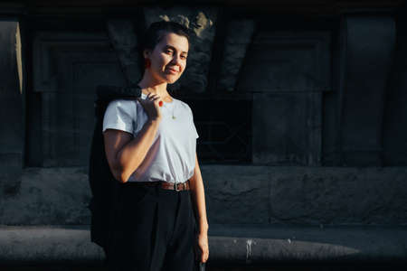 portrait of young pretty woman at city street sunset light Banque d'images