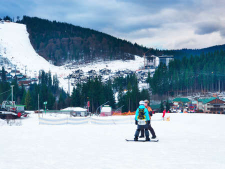 couple snowboarding instructor teacher with student Banque d'images