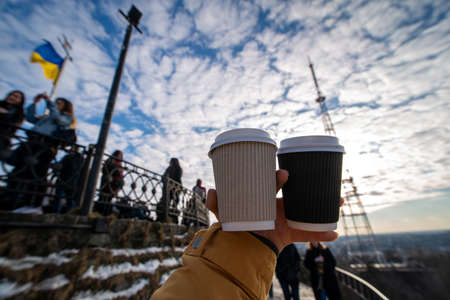 woman hand holding two coffee cup drink to go Banque d'images