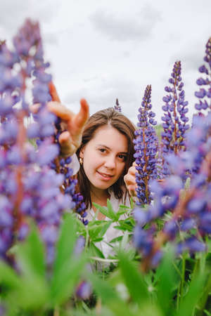 woman at blooming lupines field Banque d'images - 151505302