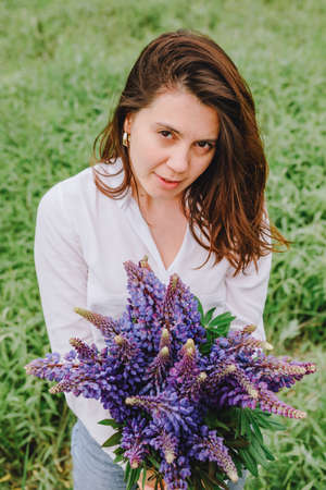 woman at blooming lupines field Banque d'images - 151505367
