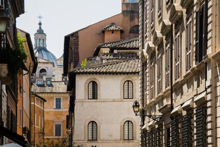 Fachadas Amarillas Antiguas De Casas Italianas Con Ventanas De - Fachadas-antiguas-de-casas
