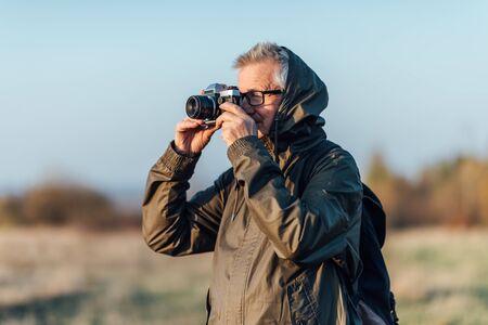 Man photojournalist poses with his photo camera. Banco de Imagens