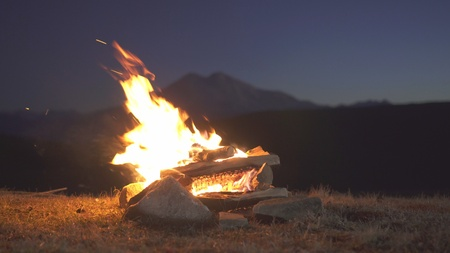 close-up campfire in the mountains night Stockfoto