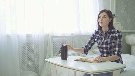 une belle jeune femme aveugle et malvoyante lit un livre, utilise une voix Banque d'images