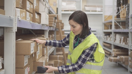 Accounting of goods in the warehouse with barcode scanner Stockfoto