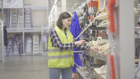 Warehouse worker conducts accounting with barcode scanner Stockfoto
