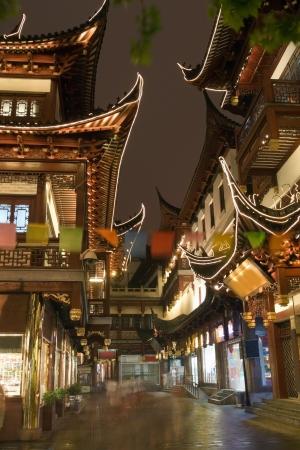 Bild der chinesischen und Restaurant an der berühmten Straße in Shanghai in der Nacht Dekoration und chinesischen Design Gebäude mit Fahnen und elektrisches Licht Standard-Bild - 15029447