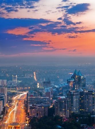 Image de l'éclairage du coucher du soleil de la ville d'Almaty, fabriqué à partir du sommet de la montagne