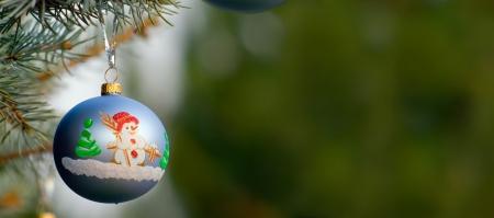 Ein Stück Weihnachtsdekoration der Kranz, auf Tanne-Baumes Zweig mit grünen Hintergrund mit viel copyspace Standard-Bild - 15052660