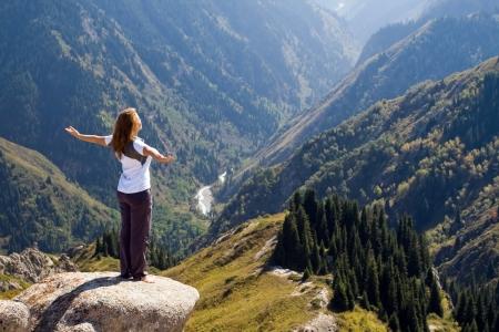 Yoga am Gipfel mit Luftbild des Gebirges Standard-Bild - 15116748
