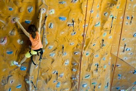 登る: スポーツ クライミングの 10 代の壁の上に (小さな女の子) のイメージ