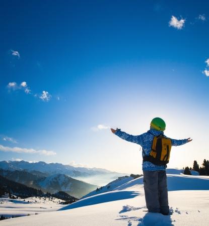 Ein Bild mit einem Porträt eines weiblichen Snowboarder tragen einen Helm mit einem hellen Reflexion in den Gläsern auf dem Hintergrund der hohen Schneeberg Alpen in Grindelwald, Schweiz Standard-Bild - 15116628
