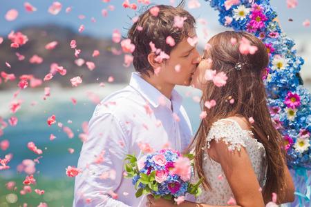 brudparet just gift med brudbuketten