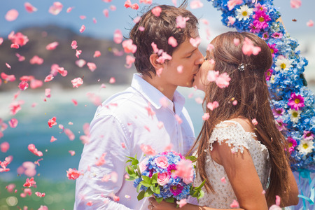 casamento: pares do casamento apenas casado com buquê de noiva