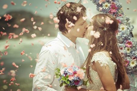 novios besandose: Foto vieja de la boda pareja Foto de archivo