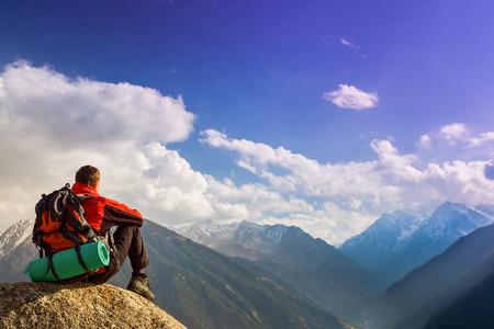 Caminata y la aventura en la montaña del éxito hombre Foto de archivo - 38238572