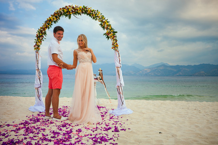 just married: pareja de novios reci�n casados ??cerca de la playa en Bali
